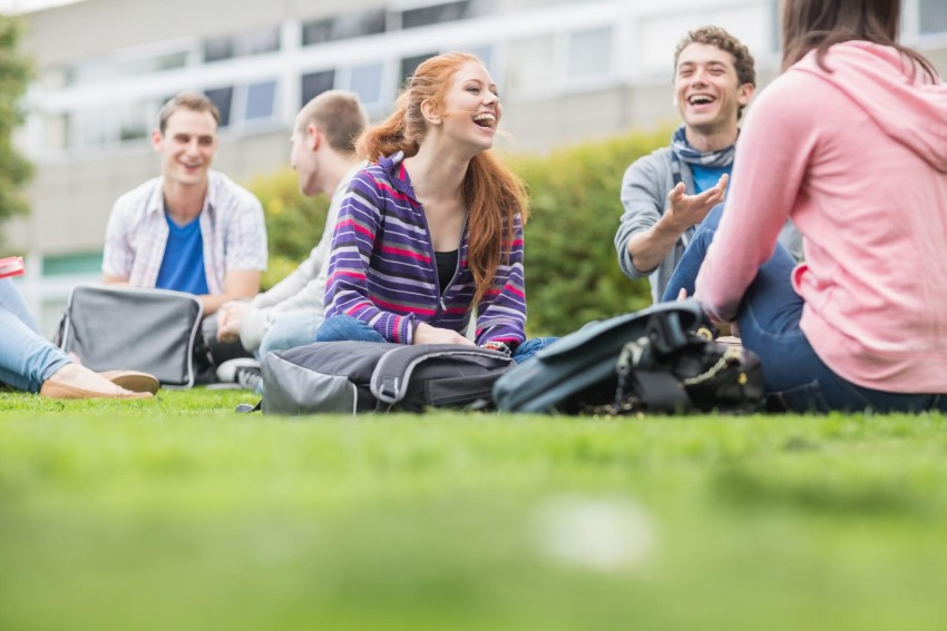 How to apply for financial aid: College students sitting in the park
